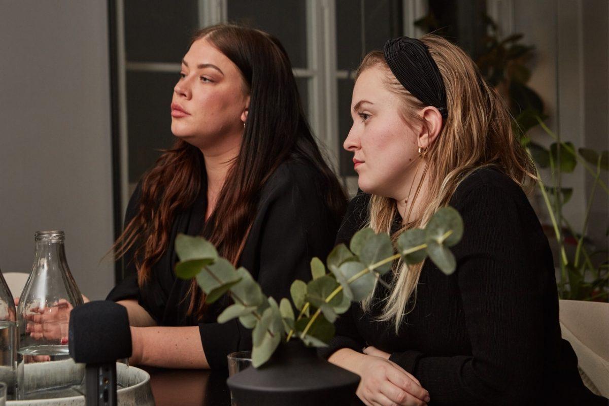 2 kvinnor sitter och lyssnar