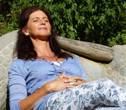 kvinna vilar i solen
